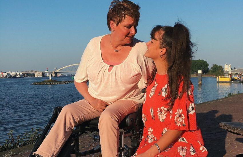 Blogger Esther met haar moeder na een hersenbloeding